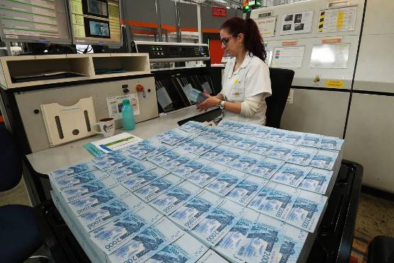 Les billets en francs CFA (ici la coupure de 2.000 francs) représentent entre un quart et un tiers de la production annuelle. © Jean-Louis GORCE