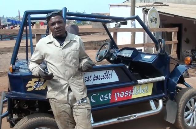 Un jeune mécanicien construit une voiture