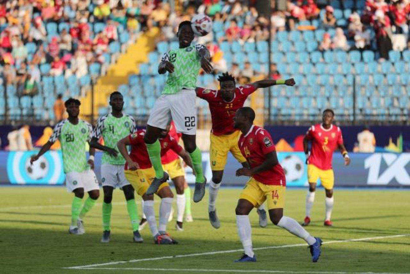 Kenneth Omeruo marque ici de la tête le seul but du match. © S. Salem Reuters